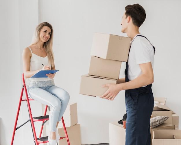 Couple de face prêt à déplacer des boîtes
