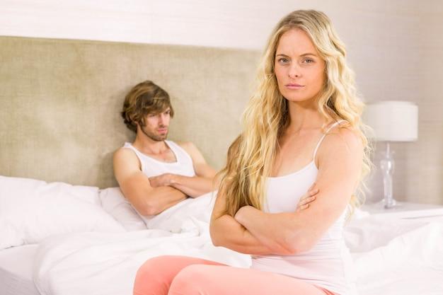 Couple, fâché, bouder, autre, dans chambre à coucher