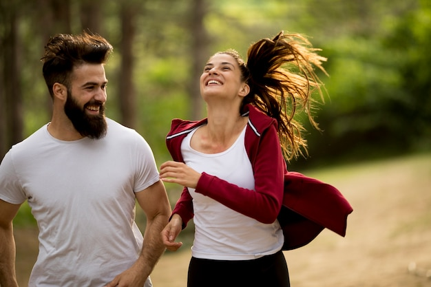 Couple, faire du jogging en plein air dans la nature
