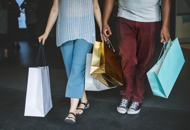 Couple, faire du shopping ensemble dans un centre commercial