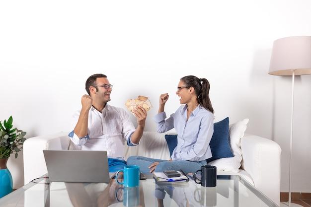 Couple faisant de l'argent en ligne à la maison
