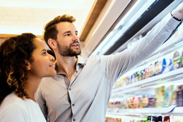 Couple faisant les courses ensemble dans un supermarché