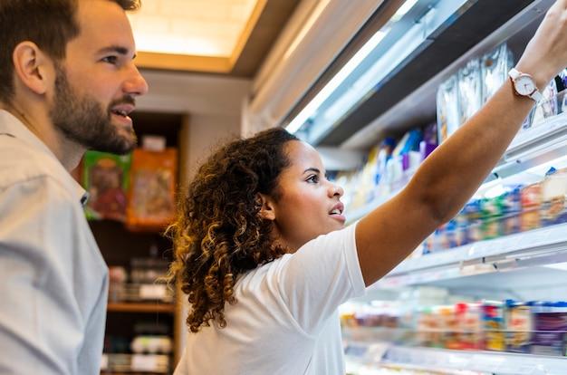 Couple faisant du shopping ensemble dans un supermarché