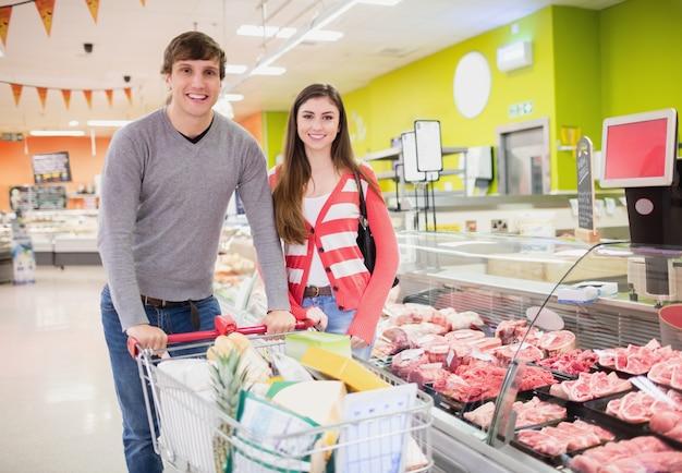 Couple faisant leurs courses