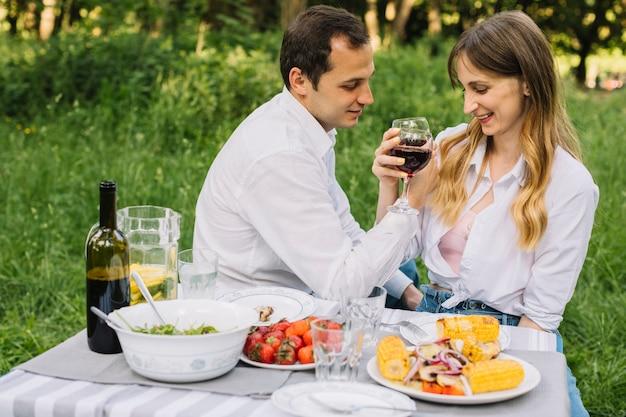 Couple faisant un pique-nique romantique dans la nature