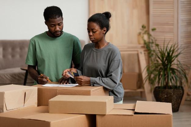 Couple faisant un plan pour redécorer la maison