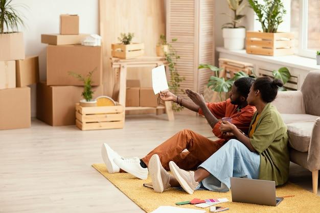 Couple faisant des plans ensemble pour la rénovation de la maison