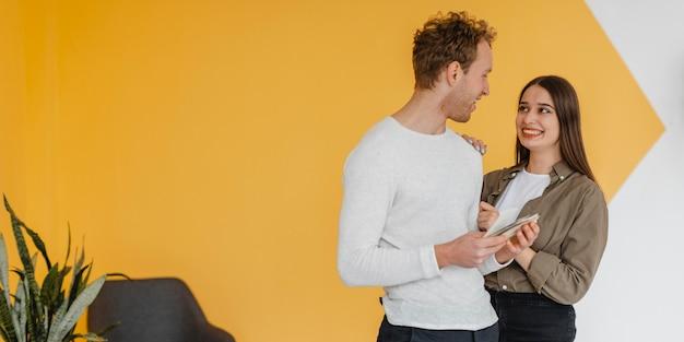 Couple faisant des plans pour reconditionner la maison avec copie espace