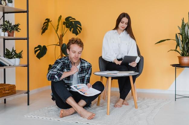 Couple faisant des plans pour redécorer la maison