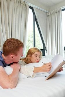 Couple faisant des plans