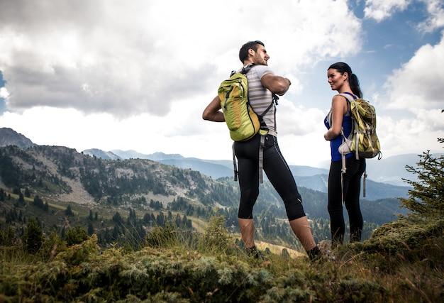 Couple faisant de la randonnée sur la montagne