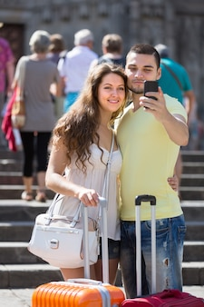 Couple faisant selfie dans la rue