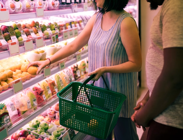 Couple faisant ses courses dans un supermarché
