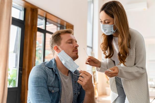 Couple faisant un test covid à domicile