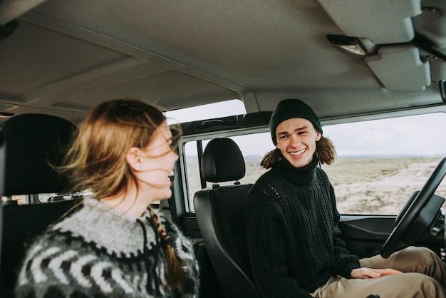 Couple faisant des vacances wanderlust, explorer l'islande avec leur jeep 4x4