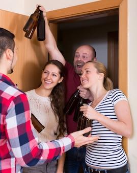 Couple de famille accueillant les visiteurs à la maison