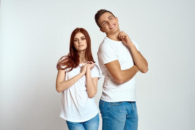 Couple de famille amoureux jeans t-shirt blanc émotions fun homme et femme s'amusant sur une lumière