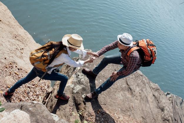 Couple famille voyageant ensemble