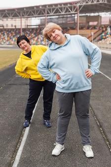 Couple de femmes âgées au stade