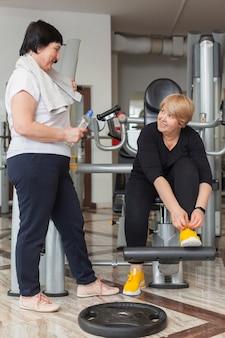 Couple de femmes âgées travaillant