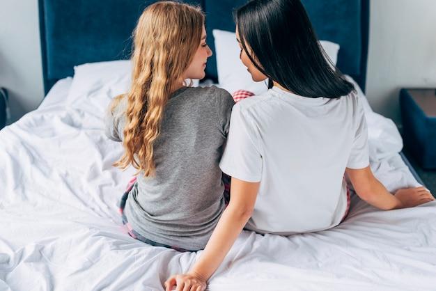 Couple de femmes assises au lit