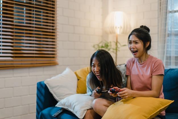 Couple de femmes lesbiennes lgbt jouer à des jeux à la maison