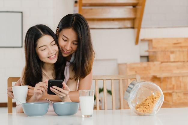 Couple de femmes lgbtq asiatiques lesbiennes prendre le petit déjeuner à la maison