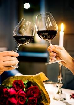 Couple fête la saint valentin ensemble