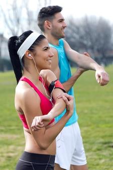 Couple de fitness frais femme étirement