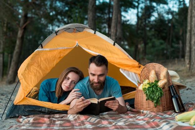 Couple fixant et lisant