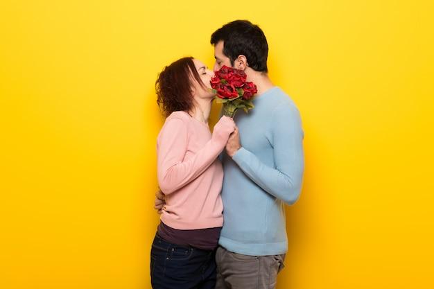 Couple avec des fleurs et des baisers