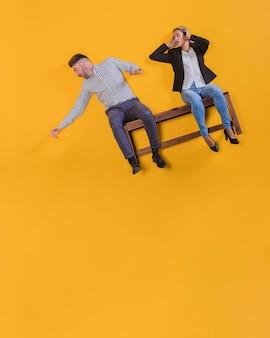 Couple flottant sur un banc