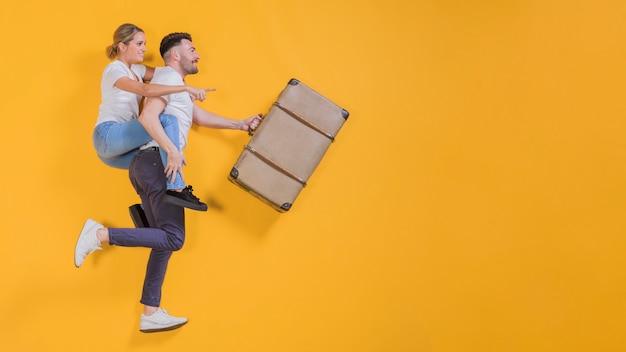 Couple flottant avec une valise