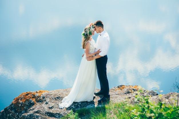 Couple sur fond de ciel bleu, l'eau