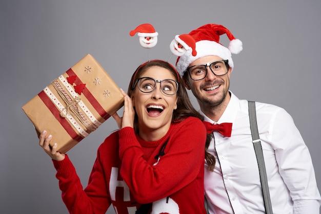 Couple fou avec cadeau de noël