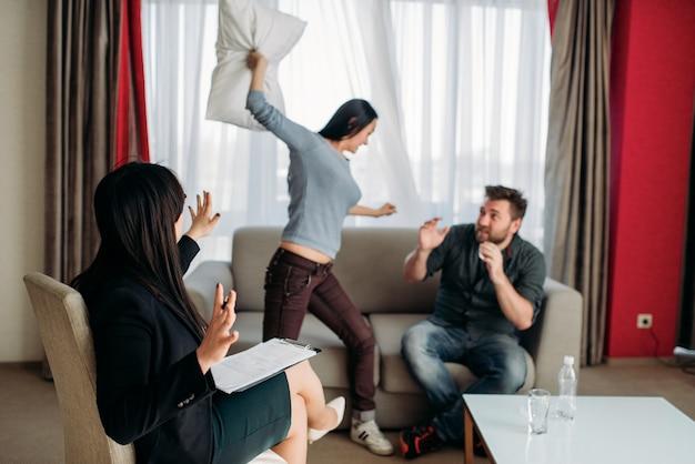 Un couple fou jure à la réception d'un psychothérapeute