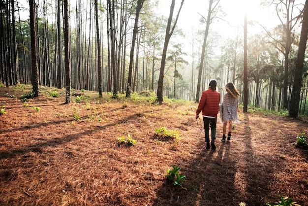 Couple frineds camping camping caméra concept