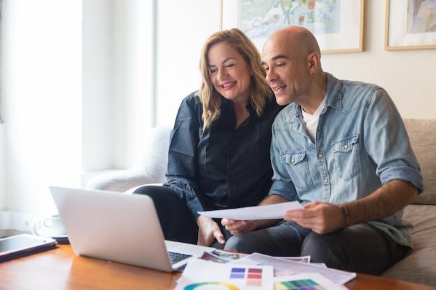 Couple gai de clients consultant architecte d'intérieur