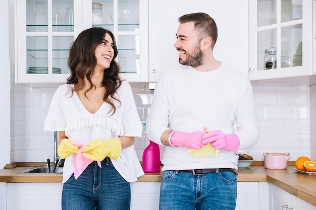 Couple gai dans les gants avec pulvérisateur