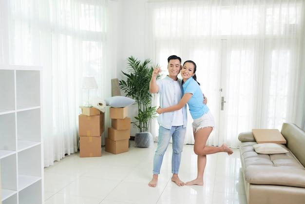 Couple gai dans un nouvel appartement lumineux