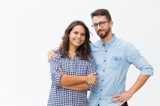Couple gai étreignant et posant