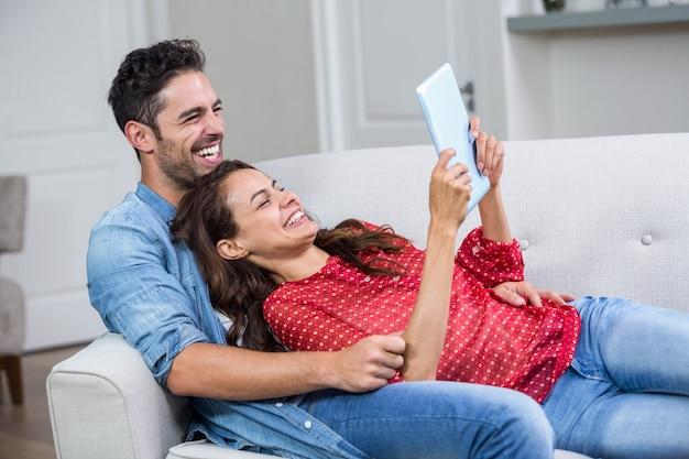 Couple gai avec tablette numérique