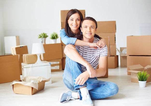 Couple, gaie sur un jour de déménagement