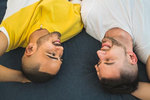 Couple gay allongé sur le sol.