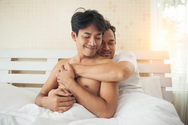 Couple gay amour temps sur le lit
