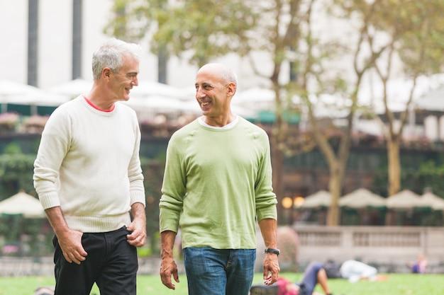 Couple gay au parc à new york