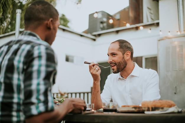 Couple gay ayant un dîner romantique