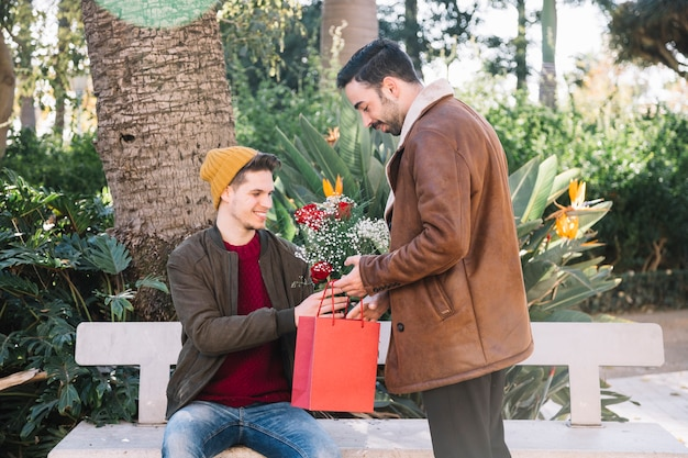 Couple gay célébrant l'anniversaire