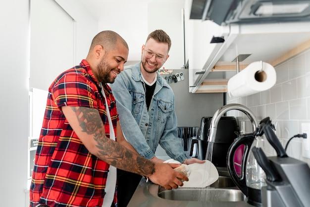 Couple gay faisant la vaisselle, mariage heureux photo hd