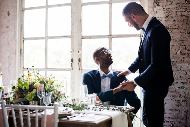 Couple gay de jeunes mariés à la réception de mariage